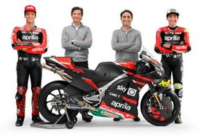 Lorenzo Savadori, Aprilia Racing Team Gresini, und Aleix Espargaro, Aprilia Racing Team Gresini, mit Massimo Rivola und Romano Albesiano