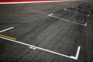 Bahrain F1 track start grid