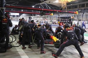 Sergio Perez, Red Bull Racing RB16B, dans les stands