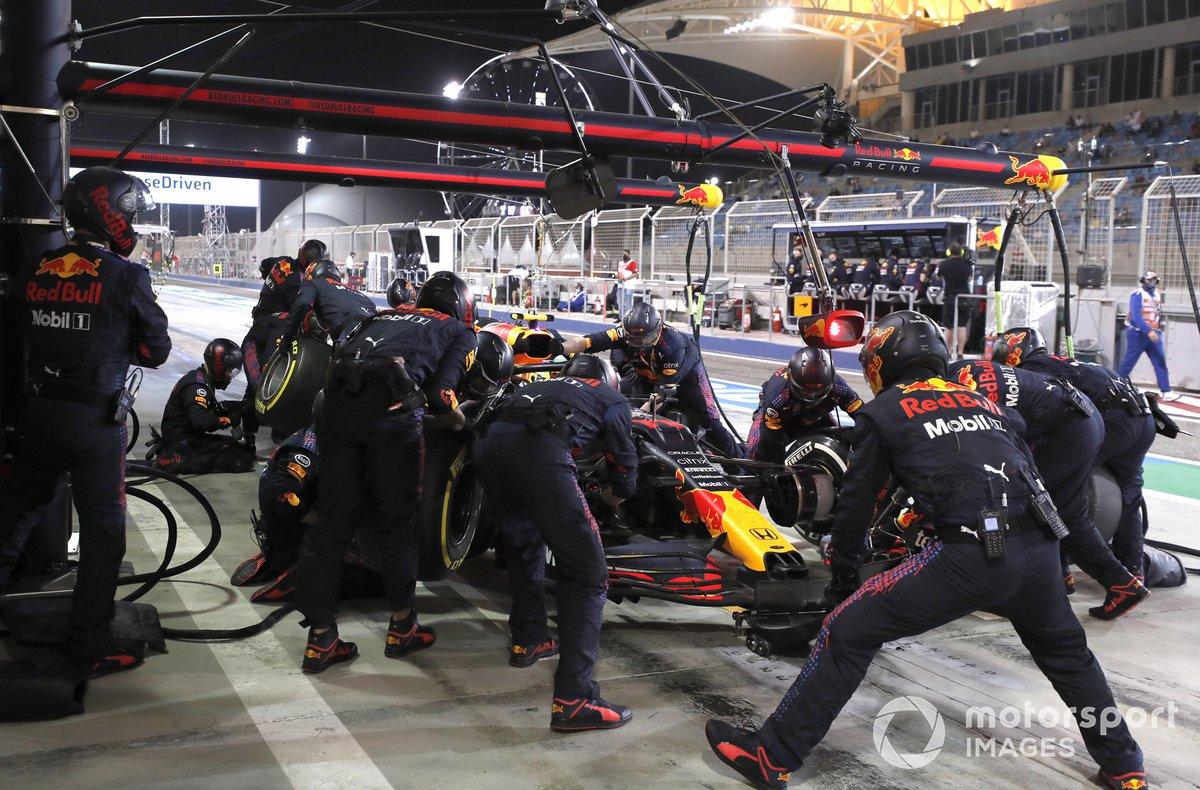 Sergio Perez, Red Bull Racing RB16B, en pits
