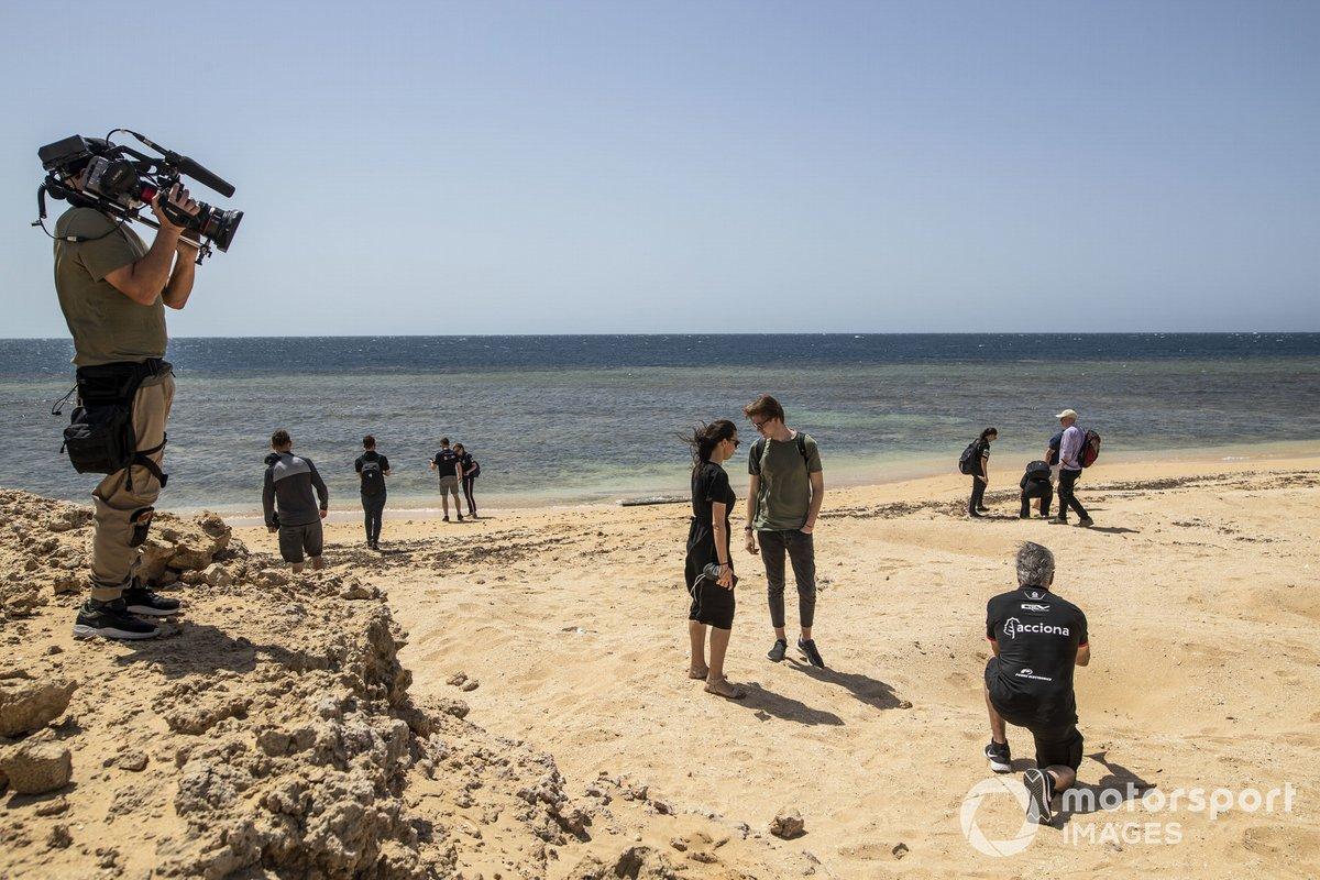 Carlos Sainz, Acciona | Sainz XE Team, mientras un cámara filma su recogida de basura
