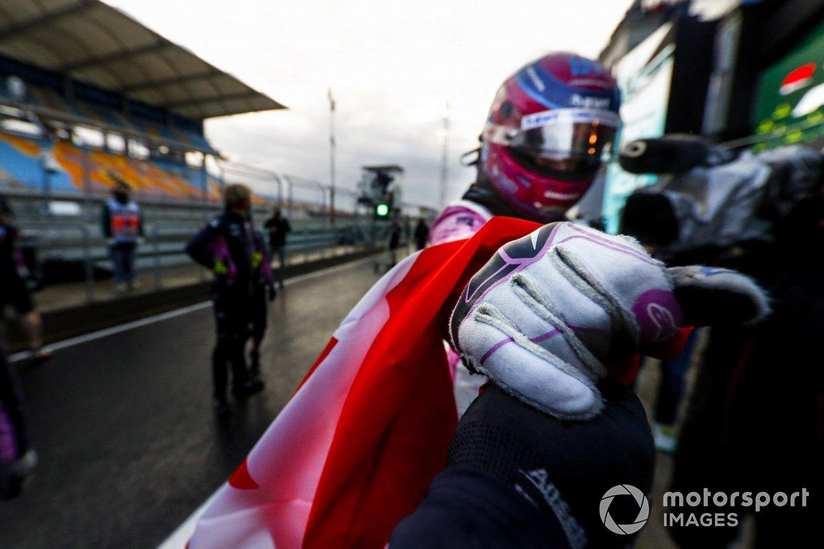 Ganador de la pole Lance Stroll, Racing Point, celebra