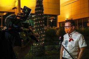 Andreas Seidl, director del equipo, McLaren, habla con la prensa