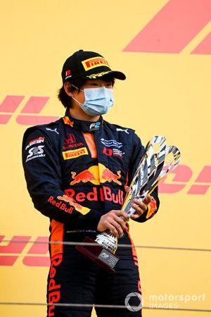 Yuki Tsunoda, Carlin celebrates on the podium with the trophy