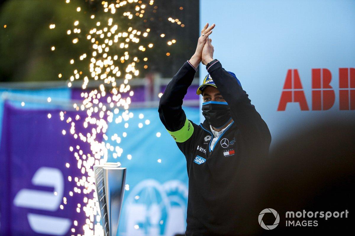 El delegado de Mercedes Benz EQ en el podio