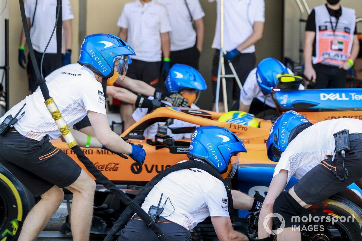 Lando Norris, McLaren MCL35, practica de pitstop