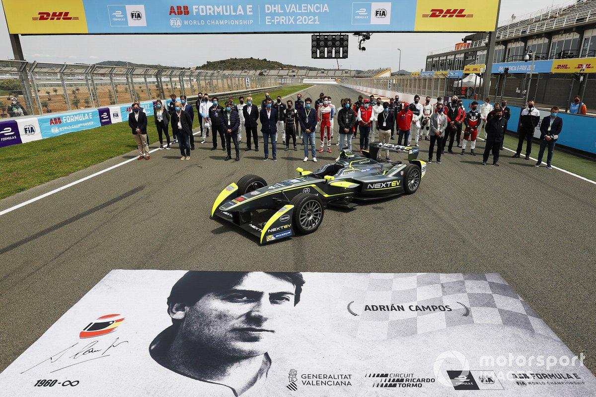 Los pilotos, personal de la Fórmula E y el coche Gen1 en el homenaje a Adrián Campos
