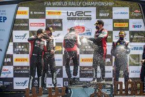 Podium: Sébastien Ogier, Julien Ingrassia, Toyota Gazoo Racing WRT Toyota Yaris WRC, Elfyn Evans, Scott Martin, Toyota Gazoo Racing WRT Toyota Yaris WRC avec le champagne