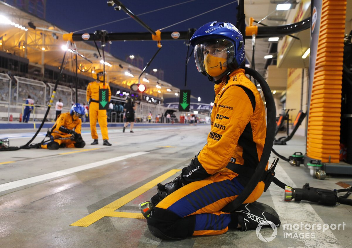 Kru McLaren duduk menunggu pembalapnya masuk pit