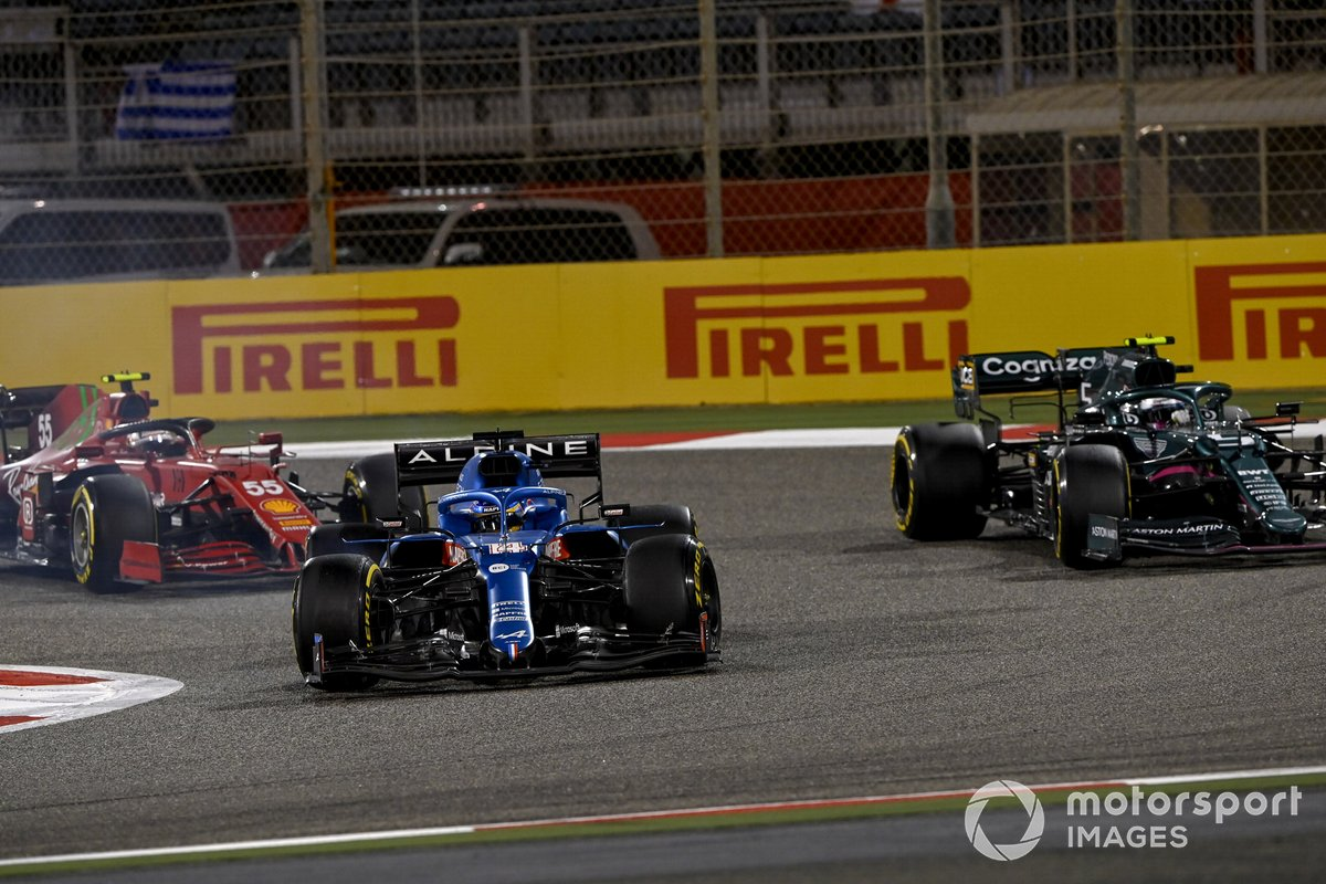 Fernando Alonso, Alpine A521, Sebastian Vettel, Aston Martin AMR21, Carlos Sainz Jr., Ferrari SF21