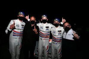 Ganadores #79 WeatherTech Racing Porsche 911 RSR - 19, GTLM: Mathieu Jaminet, Matt Campbell, Cooper MacNeil celebran