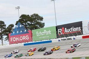 Kyle Larson, Hendrick Motorsports, Chevrolet Camaro HendrickCars.com, Denny Hamlin, Joe Gibbs Racing, Toyota Camry FedEx Express
