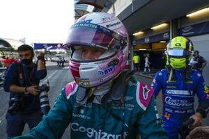 Sebastian Vettel, Aston Martin, 2° classificato, festeggia all'arrivo nel Parco Chiuso