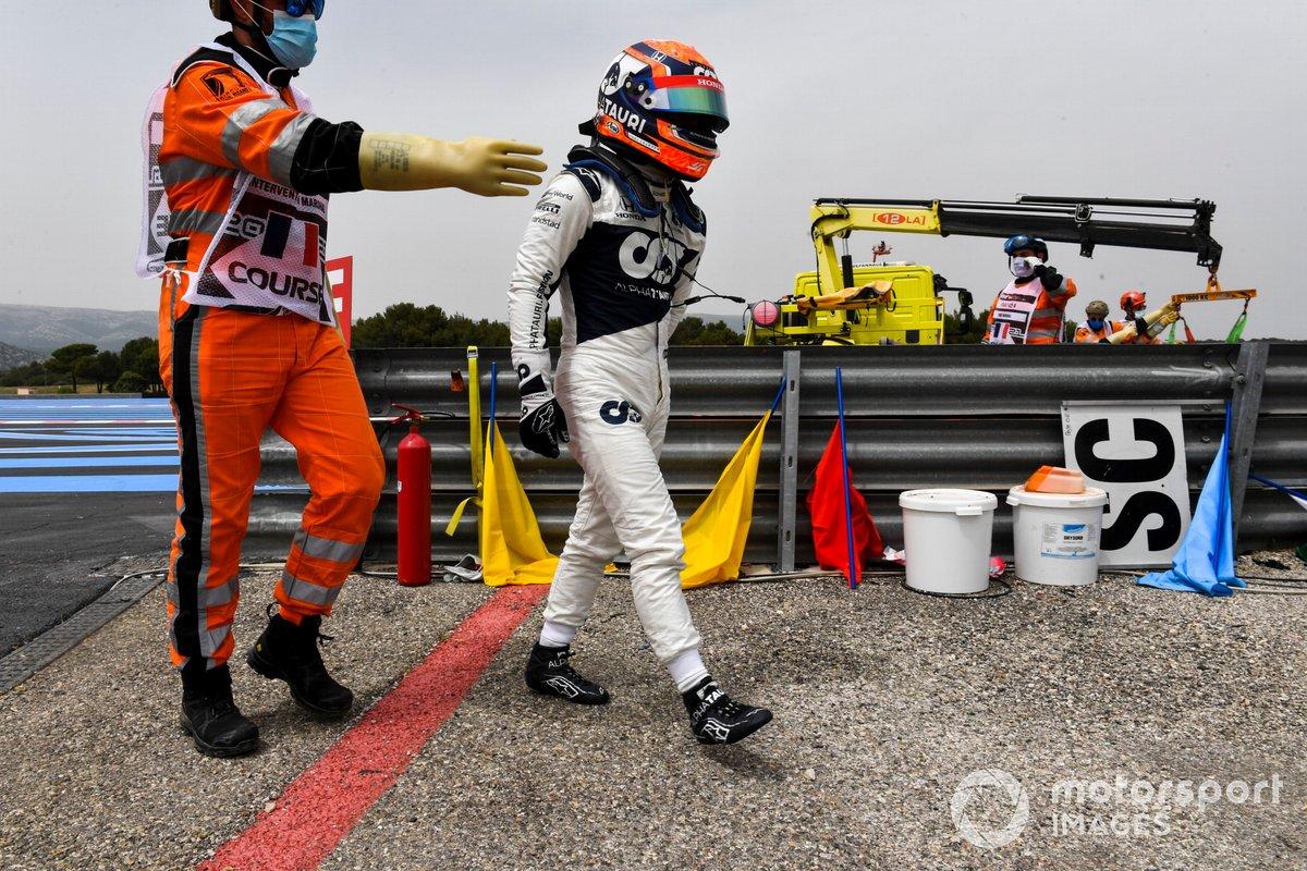 Yuki Tsunoda, AlphaTauri, si allontana dalla sua auto dopo l'incidente in Q1