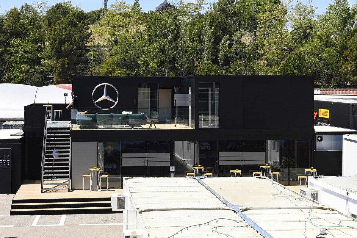 Mercedes motorhome en el paddock