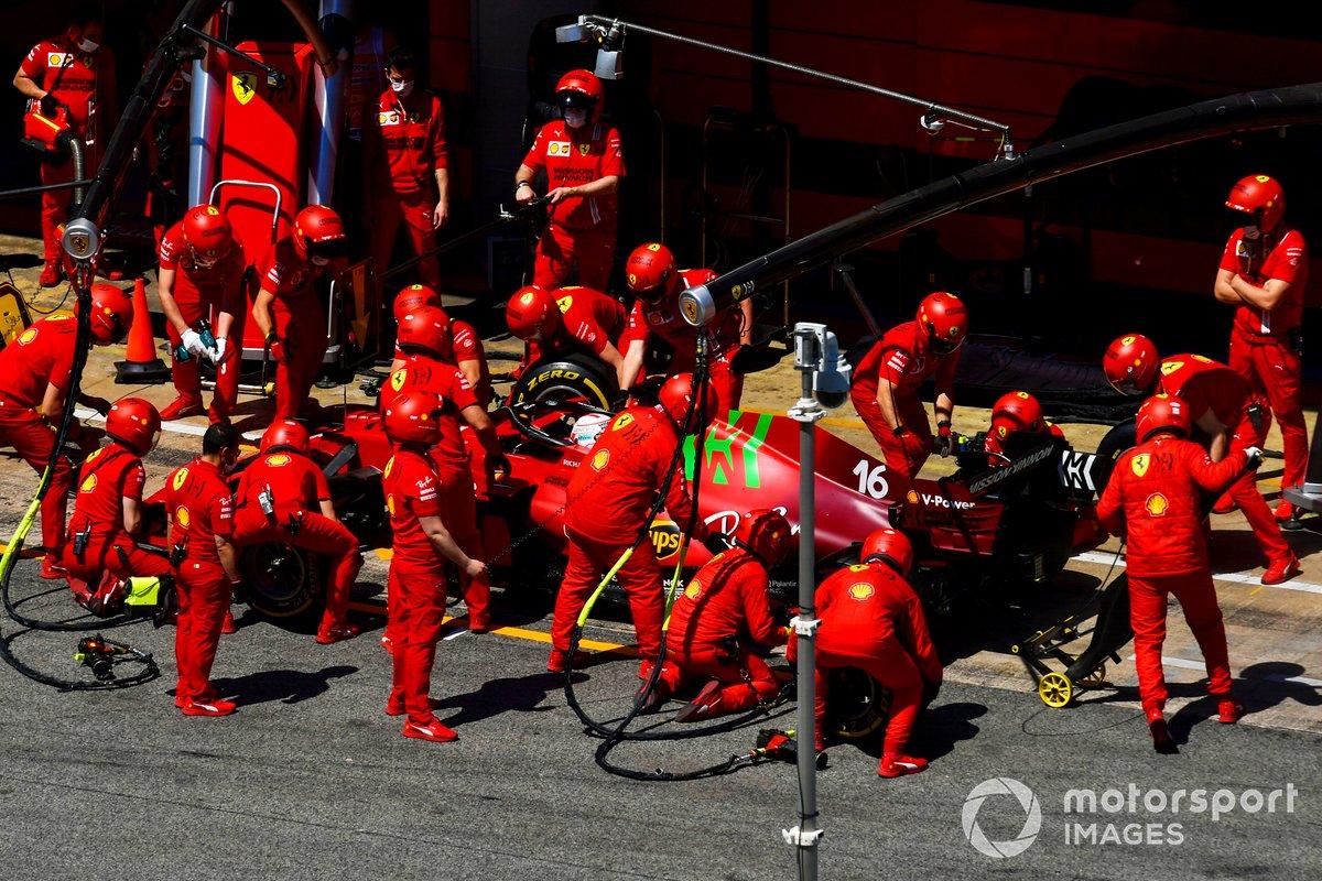 Charles Leclerc, Ferrari SF21, ai box