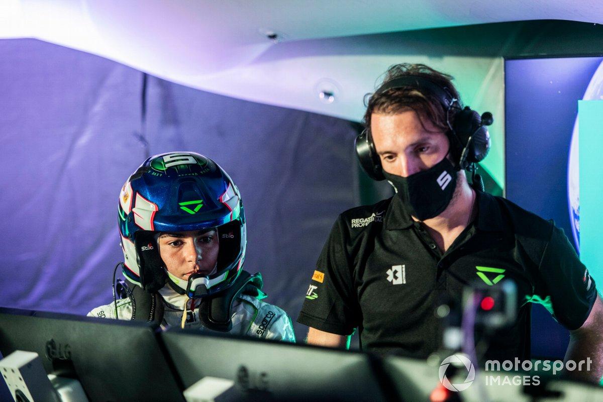 Jamie Chadwick, Veloce Racing, y el equipo Veloce, en el centro de comando