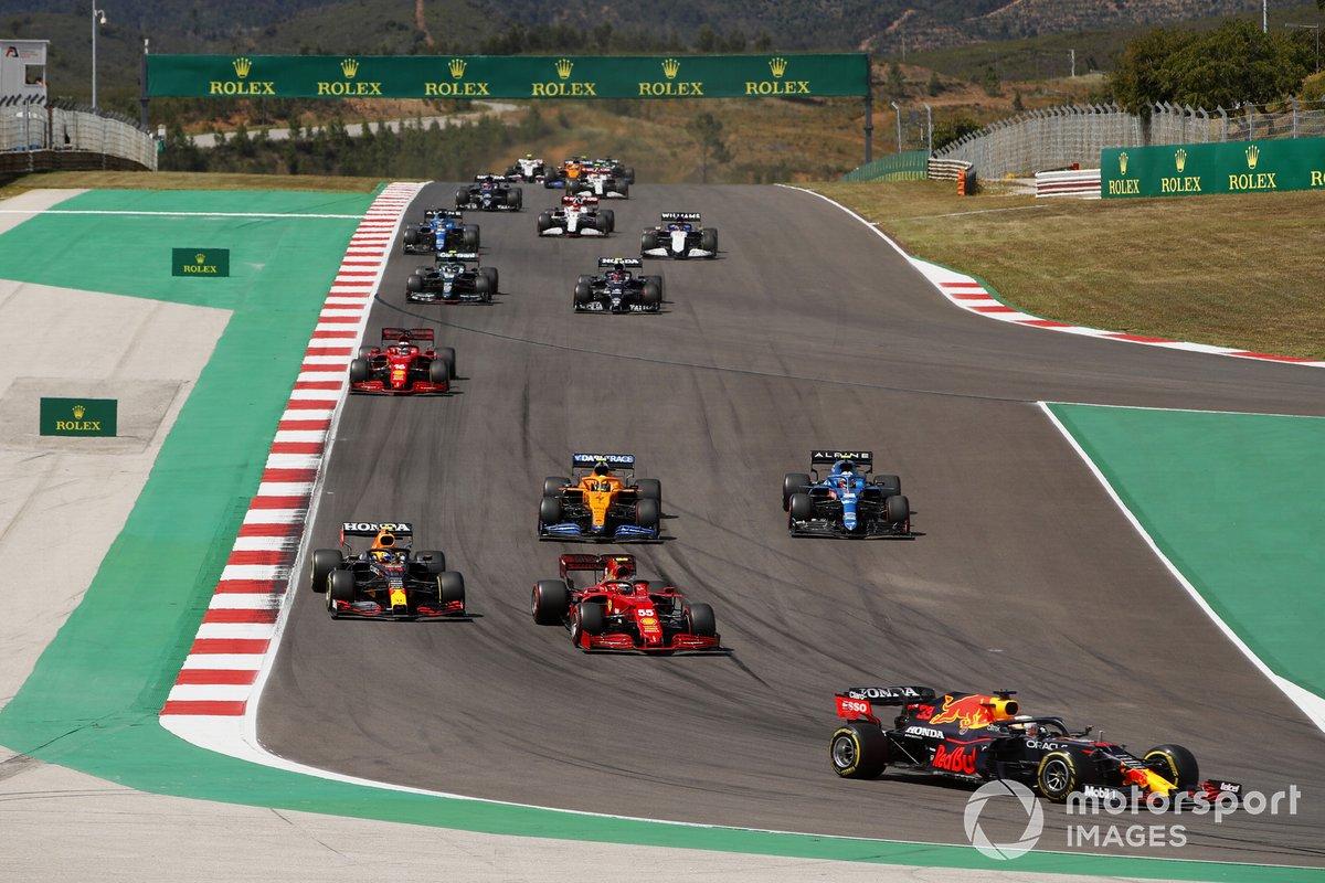 Max Verstappen, Red Bull Racing RB16B, Carlos Sainz Jr., Ferrari SF21, Sergio Pérez, Red Bull Racing RB16B, Esteban Ocon, Alpine A521 Lando Norris, McLaren MCL35M, Charles Leclerc, Ferrari SF21, al inicio
