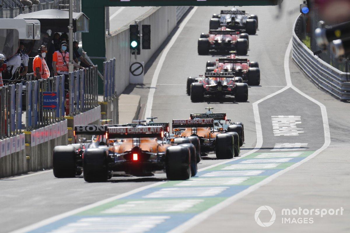 Sergio Pérez, Red Bull Racing RB16B , Daniel Ricciardo, McLaren MCL35M en pit lane
