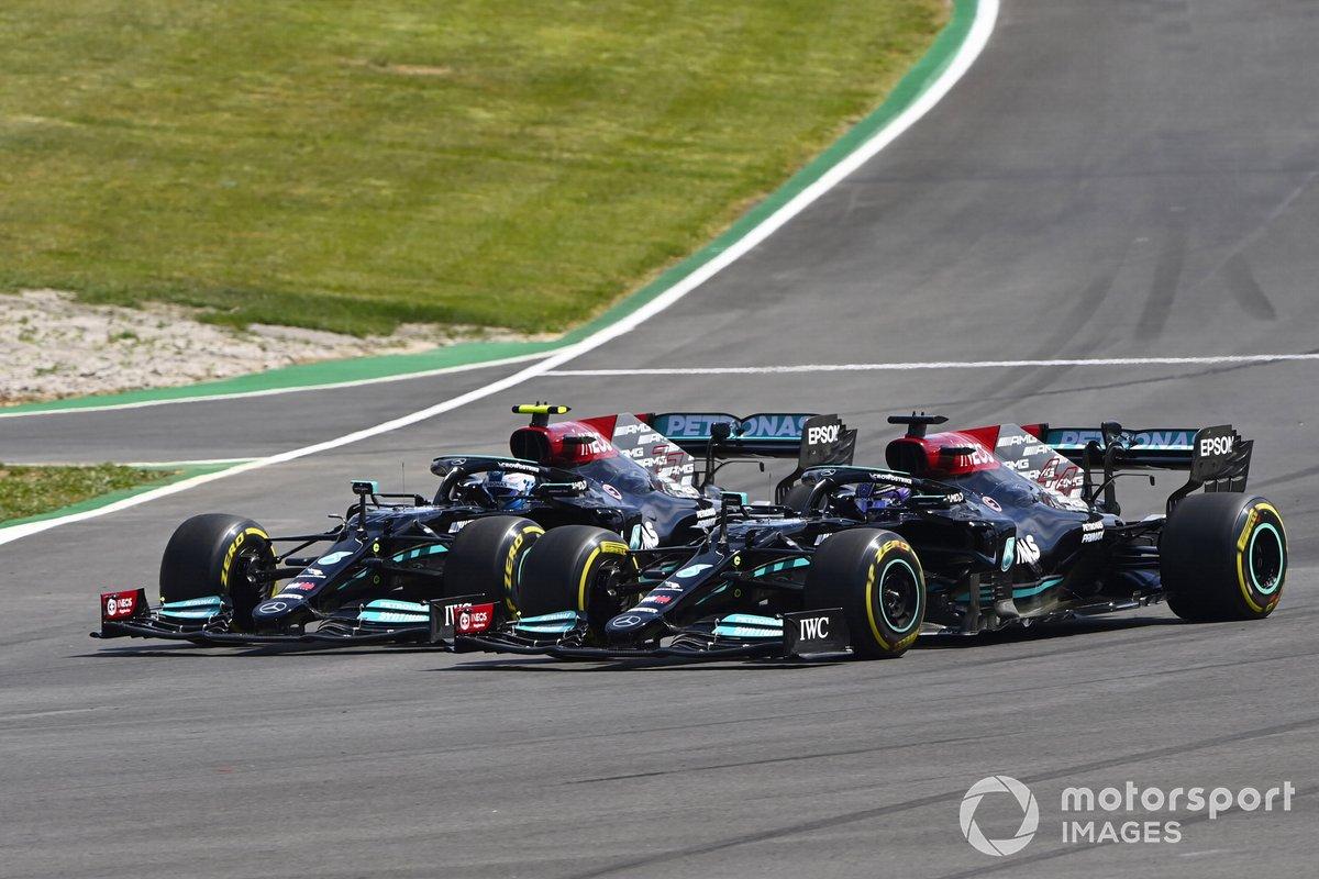 Lewis Hamilton, Mercedes W12, pasa a Valtteri Bottas, Mercedes W12