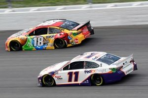 Kyle Busch, Joe Gibbs Racing, Toyota Camry M&M's Mix et Denny Hamlin, Joe Gibbs Racing, Toyota Camry FedEx Freight