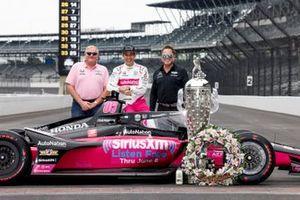 Indy-500-Sieger 2021: Helio Castroneves, Meyer Shank Racing Honda, mit Jim Meyer und Michael Shank