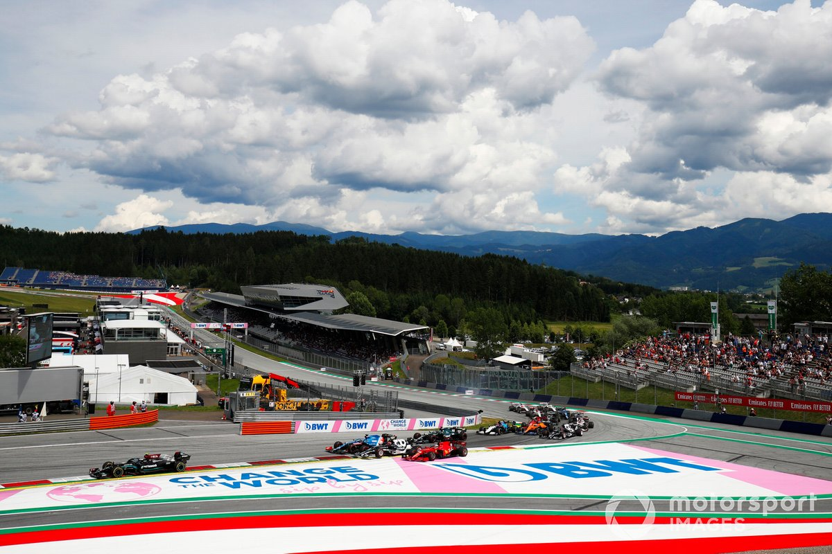 Valtteri Bottas, Mercedes W12, Fernando Alonso, Alpine A521, Pierre Gasly, AlphaTauri AT02, Charles Leclerc, Ferrari SF21, and the remainder of the field at the start