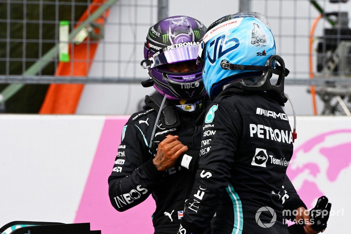 Segundo lugar Lewis Hamilton, Mercedes, y Valtteri Bottas, Mercedes, 3ª posición, se felicitan mutuamente en el Parc Ferme