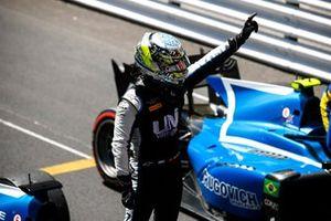 Winnaar Guanyu Zhou, Uni-Virtuosi Racing in Parc Ferme