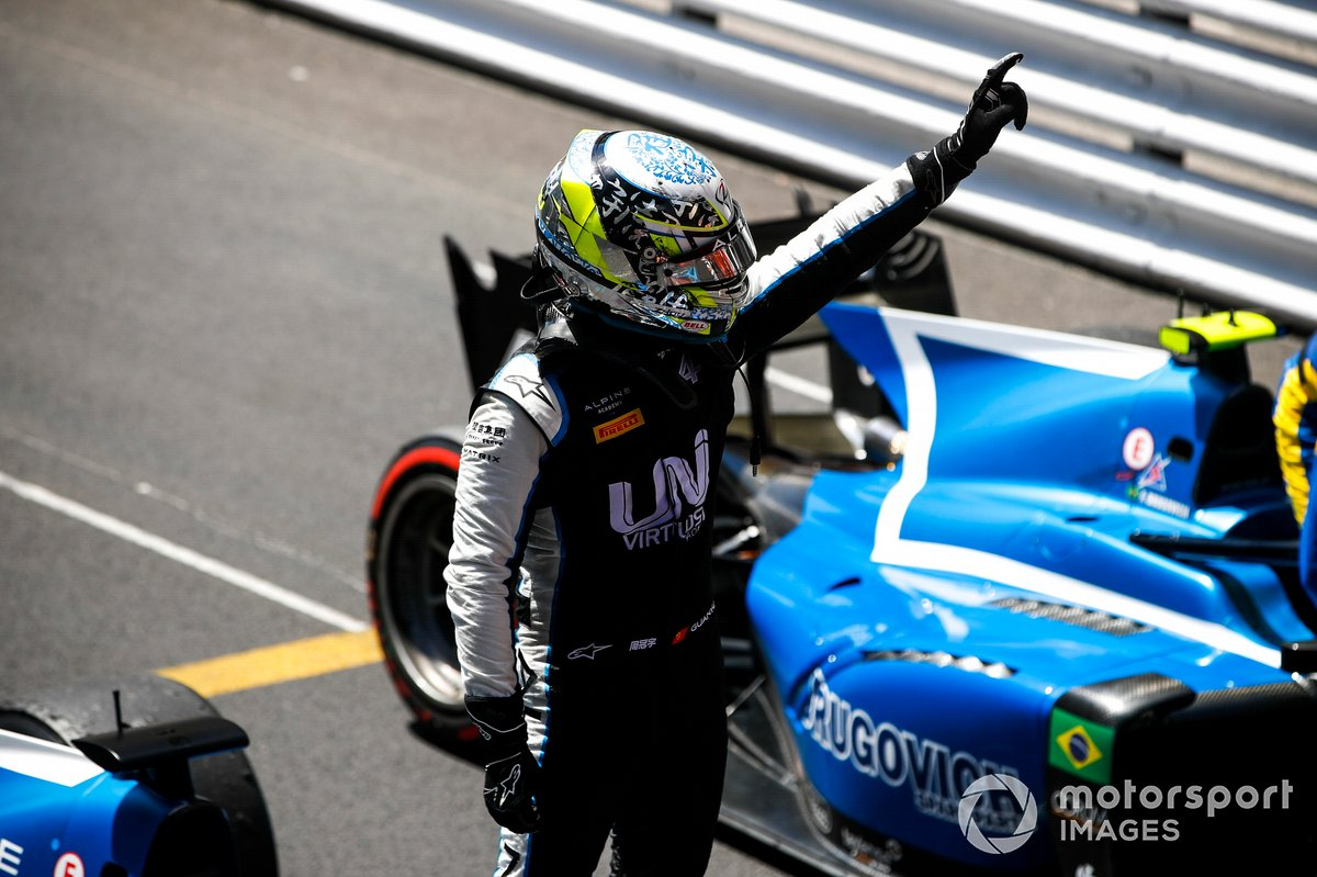 El ganador en Mónaco, Guanyu Zhou, Uni-Virtuosi Racing, celebra en parc fermé