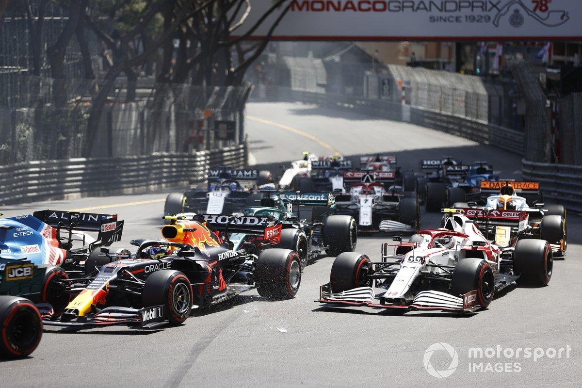 Sergio Pérez, Red Bull Racing RB16B, Antonio Giovinazzi, Alfa Romeo Racing C41, Lance Stroll, Aston Martin AMR21, al inicio