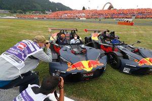 Max Verstappen, Red Bull Racing et Sergio Perez, Red Bull Racing, pilotent des KTM X-Bow avant le départ de ma course