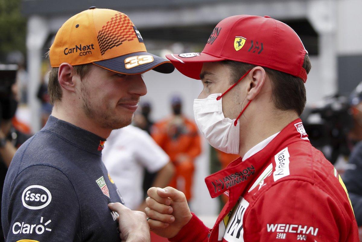Max Verstappen, Red Bull Racing, felicita a Charles Leclerc, Ferrari, por conseguir la pole