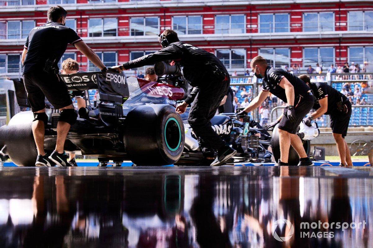 Valtteri Bottas, Mercedes W12, torna in garage