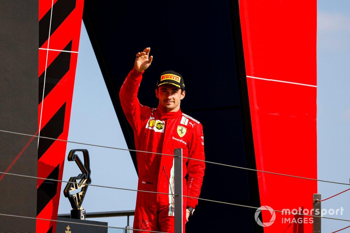 Charles Leclerc, Ferrari, secondo classificato, arriva sul podio