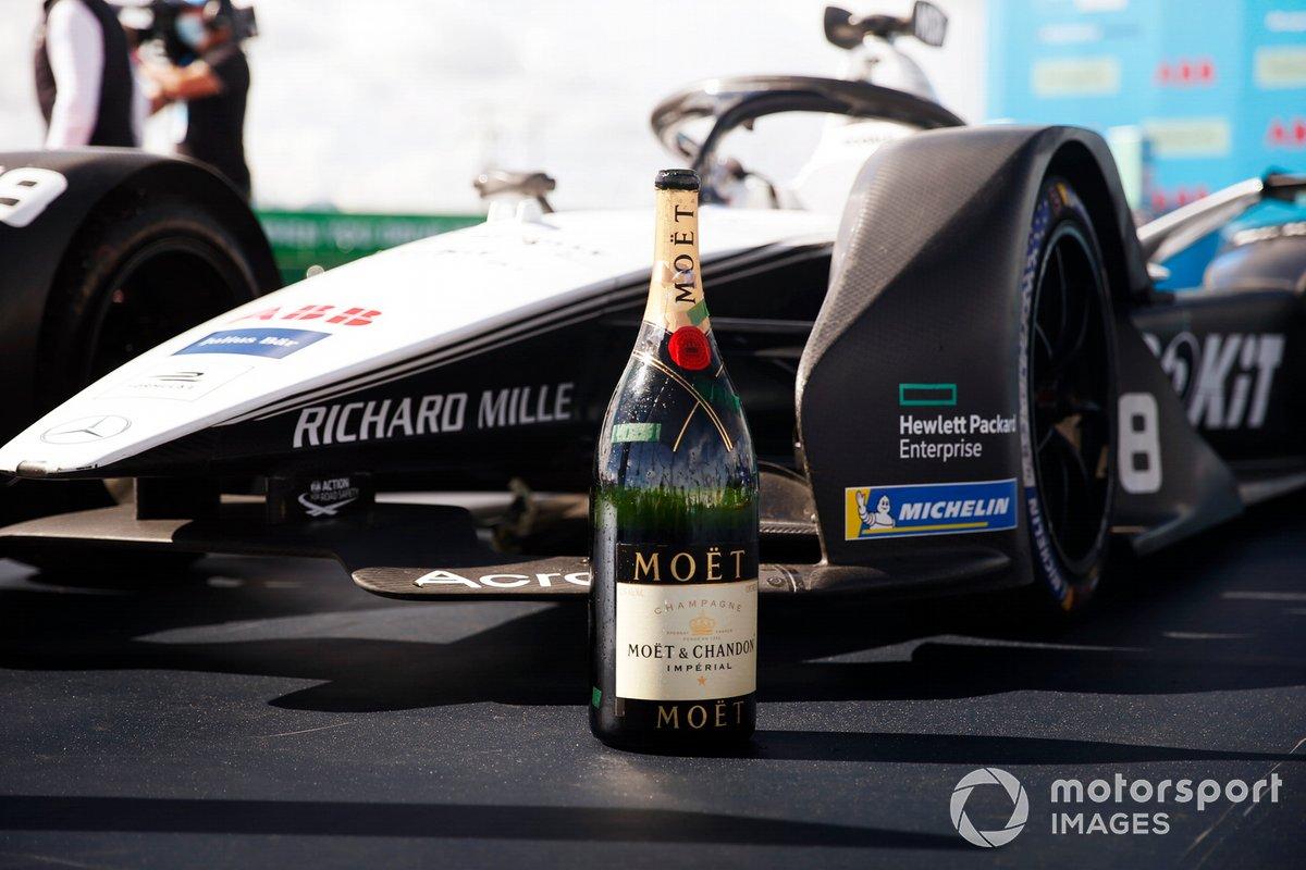 Botella de champán junto al coche ganador de Edoardo Mortara, Venturi Racing, Silver Arrow 02, primera posición