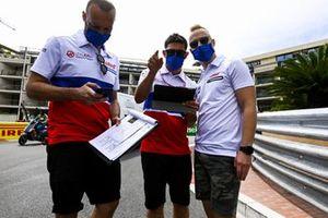Никита Мазепин, Haas F1, прогулка по трассе с сотрудниками команды