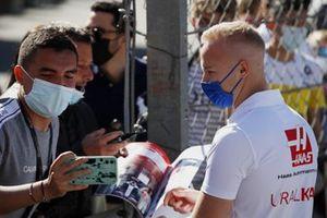 Nikita Mazepin, Haas F1, firma autografi ai fan