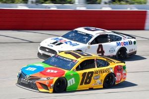 Kyle Busch, Joe Gibbs Racing, Toyota Camry M&M's, Kevin Harvick, Stewart-Haas Racing, Ford Mustang Mobil 1 Throwback
