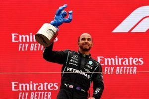 Sir Lewis Hamilton, Mercedes, 2ᵉ, exhibe son trophée