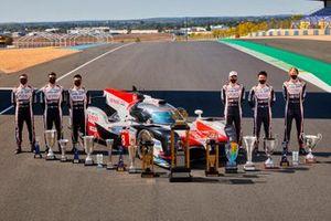 Toyota Gazoo Racing Toyota TS050 con los pilotos y trofeos