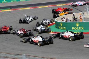 Sergio Perez, Racing Point RP20, Charles Leclerc, Ferrari SF1000, Lando Norris, McLaren MCL35, Pierre Gasly, AlphaTauri AT01, Daniil Kvyat, AlphaTauri AT01, and the remainder of the field at the start