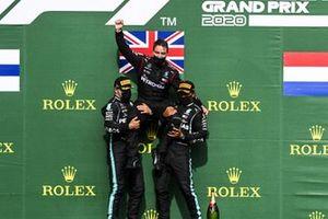Valtteri Bottas, Mercedes-AMG F1, 2° posto, e Lewis Hamilton, Mercedes-AMG F1, 1°posto, sollevano il rappresentante della Mercedes sul podio