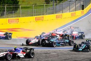 Луи Делетраз, Charouz Racing System, и Юри Випс, Dams, сталкиваются на старте гонки