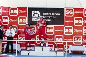 Podio: Cesare Fiorio, segundo clasificado Alain Prost, McLaren, y el ganador de la carrera Gerhard Berger, Ferrari