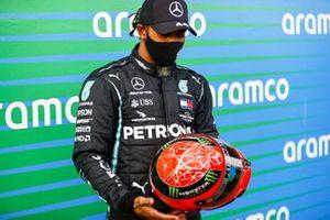 Mick Shumacher dona a Lewis Hamilton, Mercedes-AMG F1, 1°posto, il casco di Michael Schumacher