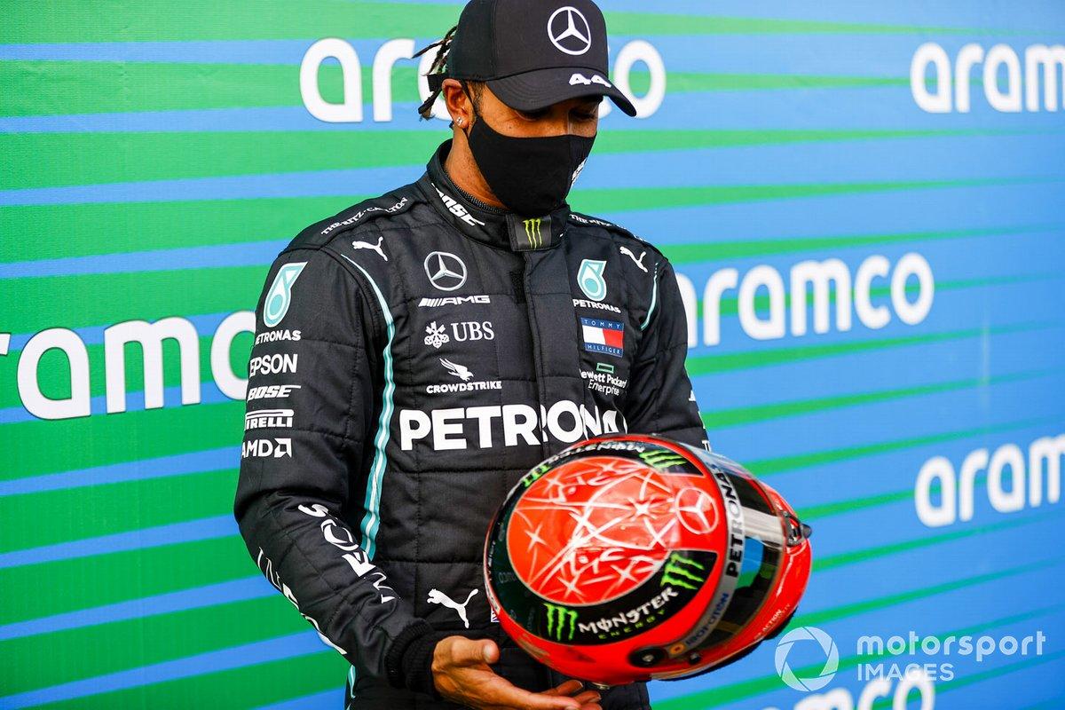 Lewis Hamilton, Mercedes-AMG F1, 1ª posición, con el casco de Michael Schumacher que le fue regalado por Mick Schumacher