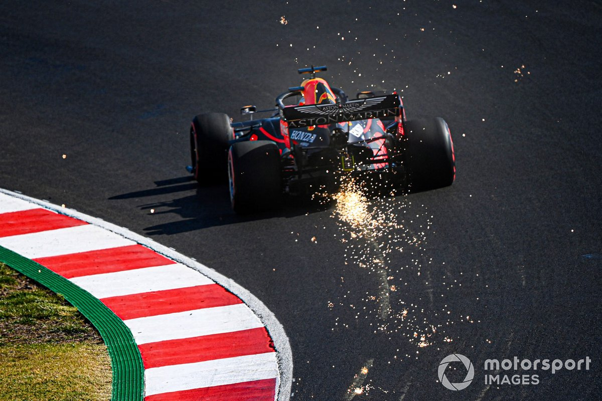 Scintille escono dal posteriore della Red Bull Racing RB16 di Max Verstappen,