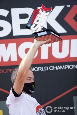 Steve Gutteridge festeggia sul podio