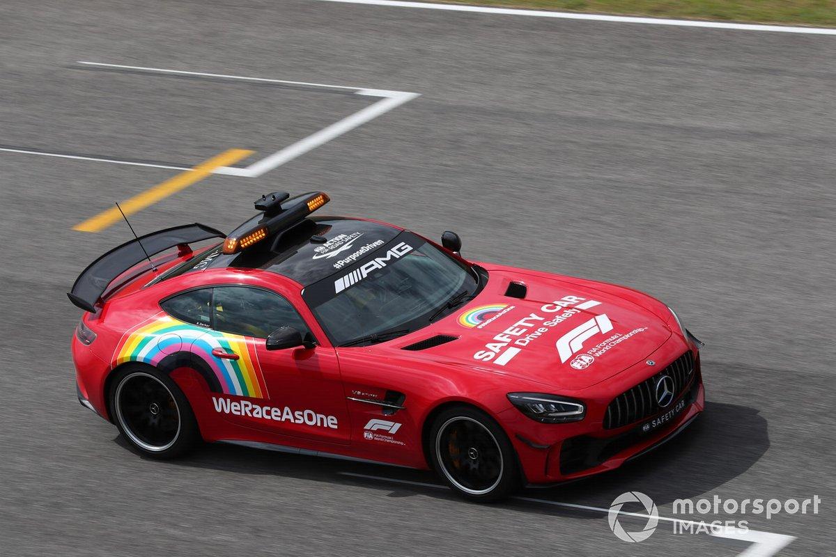 El coche de seguridad de Mercedes pintado de rojo en homenaje a Ferrari